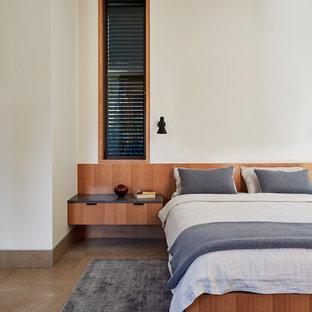 シドニーの中サイズのコンテンポラリースタイルのおしゃれなゲスト用寝室 (白い壁、大理石の床、暖炉なし、茶色い床) のレイアウト