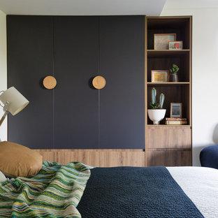 シドニーのコンテンポラリースタイルのおしゃれな主寝室 (白い壁)