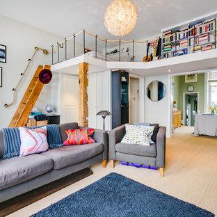 На фото: спальни среднего размера на антресоли в современном стиле с белыми стенами, ковровым покрытием и бежевым полом