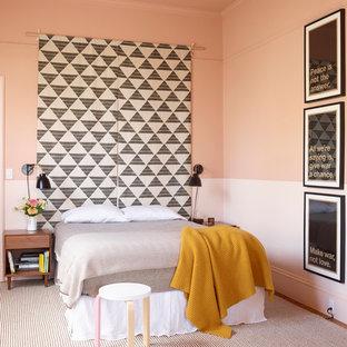 Esempio di una camera da letto bohémian con pareti rosa