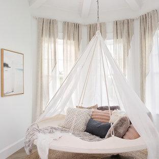 タンパの中くらいのビーチスタイルのおしゃれな寝室 (白い壁、ベージュの床、板張り天井) のインテリア