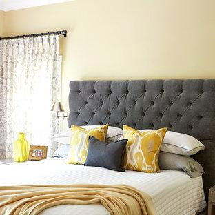 Ispirazione per una camera matrimoniale classica di medie dimensioni con pareti gialle