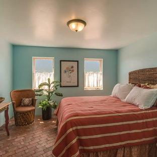 Modelo de habitación de invitados de estilo americano, de tamaño medio, sin chimenea, con paredes azules, suelo de ladrillo y suelo rojo