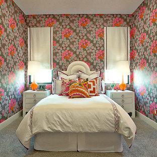 Diseño de dormitorio contemporáneo con paredes multicolor y moqueta