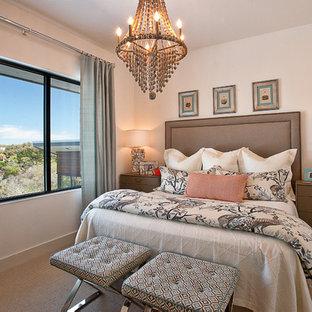 На фото: гостевая спальня в современном стиле с бежевыми стенами, ковровым покрытием и синими шторами