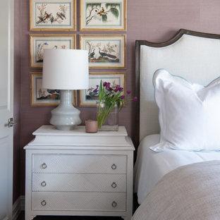 Foto de dormitorio principal, clásico renovado, grande, con paredes púrpuras, suelo de madera oscura y suelo marrón