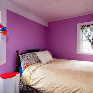 Idée de décoration pour une petite chambre d'amis champêtre avec un mur rose.