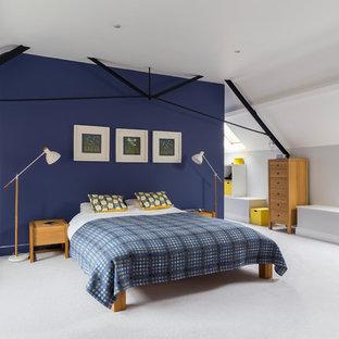 Modelo de dormitorio principal, contemporáneo, con paredes blancas, moqueta y suelo blanco