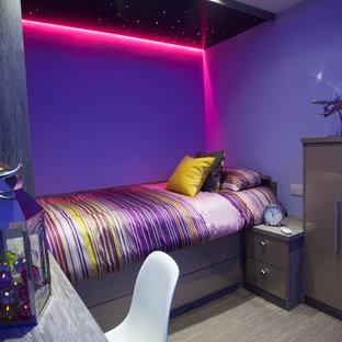 Стильный дизайн: маленькая гостевая спальня в современном стиле с фиолетовыми стенами и ковровым покрытием - последний тренд