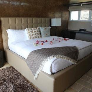Modelo de dormitorio tipo loft, marinero, grande, con suelo de travertino