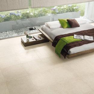 Imagen de dormitorio principal, urbano, grande, con suelo de baldosas de porcelana