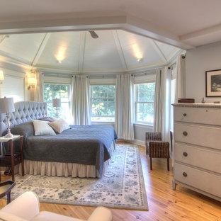 Idéer för ett stort klassiskt huvudsovrum, med grå väggar, ljust trägolv och brunt golv
