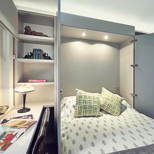 Создайте стильный интерьер: маленькая спальня в стиле современная классика с серыми стенами без камина для гостей - последний тренд