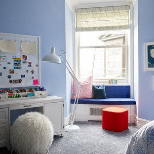 Imagen de dormitorio clásico renovado, grande, con paredes azules, moqueta y suelo azul