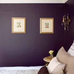 Foto de habitación de invitados clásica, extra grande, con paredes púrpuras y suelo de madera en tonos medios