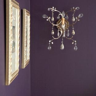 Idéer för mycket stora vintage gästrum, med lila väggar och mellanmörkt trägolv