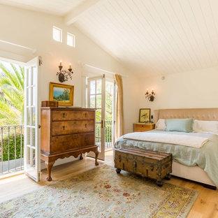 Mittelgroßes Landhausstil Hauptschlafzimmer mit weißer Wandfarbe und hellem Holzboden in Santa Barbara