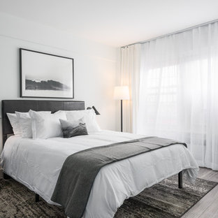 セントルイスのコンテンポラリースタイルのおしゃれな寝室 (グレーの壁、クッションフロア、茶色い床) のインテリア