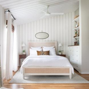 Foto di una camera matrimoniale classica di medie dimensioni con pareti beige, nessun camino, pavimento in legno massello medio, pavimento marrone, soffitto a volta, soffitto in carta da parati e carta da parati