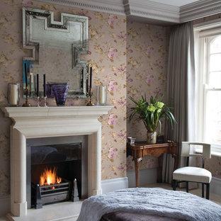 Пример оригинального дизайна: большая хозяйская спальня в классическом стиле с разноцветными стенами, полом из травертина, стандартным камином и фасадом камина из штукатурки