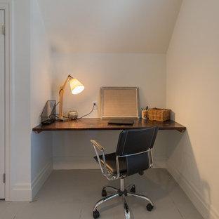 Ispirazione per una camera degli ospiti tradizionale di medie dimensioni con pareti bianche, pavimento in legno verniciato, nessun camino e pavimento grigio