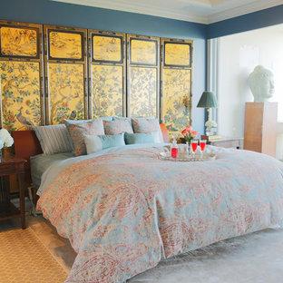 Inspiration för ett stort orientaliskt huvudsovrum, med blå väggar, linoleumgolv och flerfärgat golv