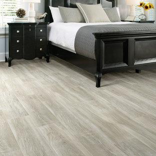 Großes Klassisches Hauptschlafzimmer mit grauer Wandfarbe, Keramikboden, Hängekamin und beigem Boden in San Francisco