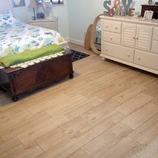 Imagen de dormitorio principal, marinero, de tamaño medio, con paredes azules, suelo de baldosas de cerámica y suelo beige