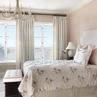 Стильный дизайн: гостевая спальня в классическом стиле с бежевыми стенами, ковровым покрытием и белым полом - последний тренд