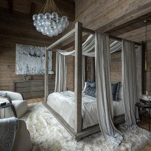 Aménagement d'une chambre montagne avec un mur marron, un sol en bois brun et un sol marron.