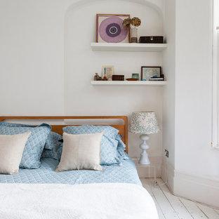 Idée de décoration pour une petit chambre parentale style shabby chic avec un sol en bois peint et un mur blanc.