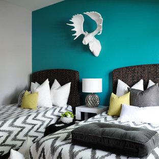 Idee per una grande camera degli ospiti minimal con pareti blu, moquette e pavimento grigio