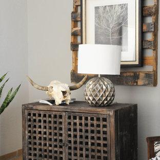 Ejemplo de habitación de invitados ecléctica, grande, con paredes grises, suelo de piedra caliza y suelo beige