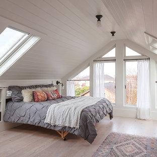 Klassisches Schlafzimmer ohne Kamin mit weißer Wandfarbe, hellem Holzboden und beigem Boden in San Francisco