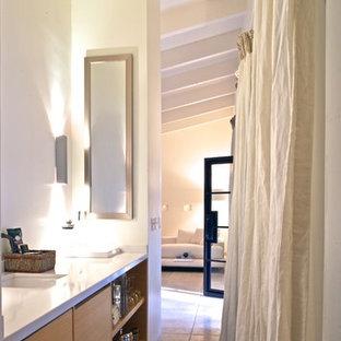 Großes Modernes Hauptschlafzimmer mit weißer Wandfarbe, Kalkstein und beigem Boden in San Luis Obispo