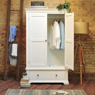 Идея дизайна: хозяйская спальня среднего размера в стиле кантри с коричневыми стенами и кирпичным полом