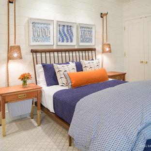 Imagen de habitación de invitados contemporánea, de tamaño medio, sin chimenea, con paredes blancas, moqueta y suelo blanco
