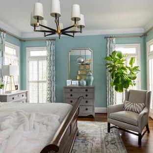 Foto di una camera da letto classica con pareti blu, parquet scuro e pavimento marrone