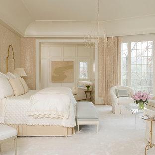 Стильный дизайн: хозяйская спальня в классическом стиле с ковровым покрытием и бежевыми стенами - последний тренд