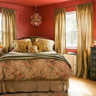 Modelo de dormitorio principal, clásico, de tamaño medio, con paredes rojas y suelo de bambú