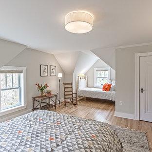 Ejemplo de habitación de invitados de estilo americano, de tamaño medio, sin chimenea, con paredes grises y suelo de madera clara