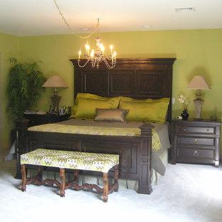 Modelo de dormitorio principal, clásico renovado, grande, con moqueta, chimenea de esquina, paredes verdes, marco de chimenea de metal y suelo gris