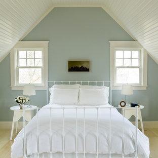 Inspiration för ett maritimt sovrum, med ljust trägolv, blå väggar och beiget golv