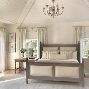Exemple d'une chambre parentale romantique avec un mur beige et un sol en bois brun.