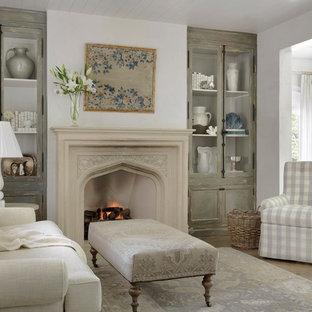 Ispirazione per una camera matrimoniale stile shabby con pavimento in legno massello medio e camino classico