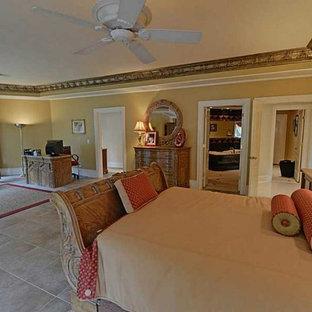 Diseño de dormitorio tipo loft, mediterráneo, con paredes multicolor y suelo de travertino