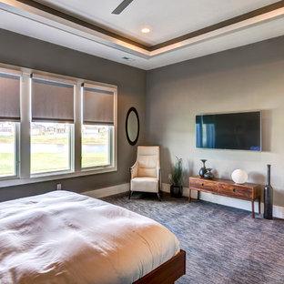 Exemple d'une grand chambre tendance avec un mur beige, aucune cheminée et un sol multicolore.