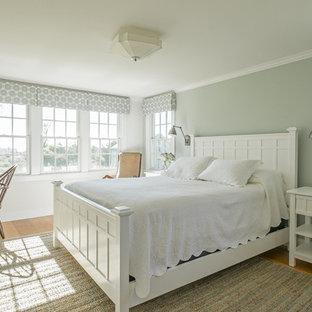 他の地域の中くらいのトラディショナルスタイルのおしゃれな主寝室 (無垢フローリング、暖炉なし、茶色い床) のレイアウト