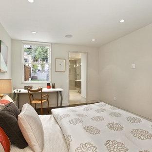サンフランシスコの中サイズのコンテンポラリースタイルのおしゃれなゲスト用寝室 (白い壁、磁器タイルの床、暖炉なし、茶色い床) のレイアウト
