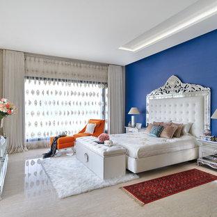 Ispirazione per una grande camera matrimoniale boho chic con pavimento beige e pavimento in marmo